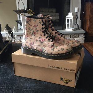 Awesome pair of Dr Martens Floral boots. EUC 8